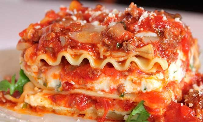 Buffet de comida italiana porci n de pan al ajo refill for Restaurantes de comida italiana