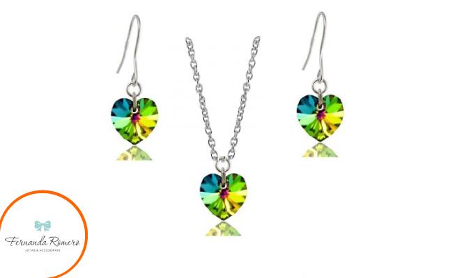 Delicado juego de aretes colgantes y collar elaborados con cristales Swarovski