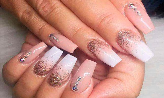 Uñas de acrigel o acrilicas pintado de uñas pedreria