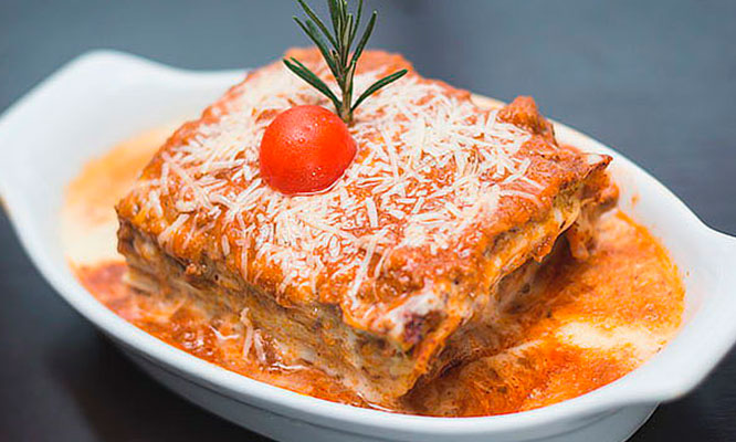 Spaguetti Huancaina con hamburguesa o lasagna clasica pan al ajo copa de vino