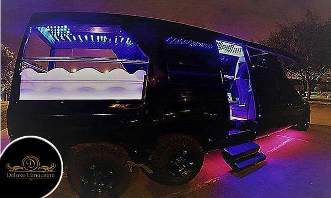 Paseo en limousine Dodge Ram negra con capacidad para hasta 20 Personas ¡Elige las horas!