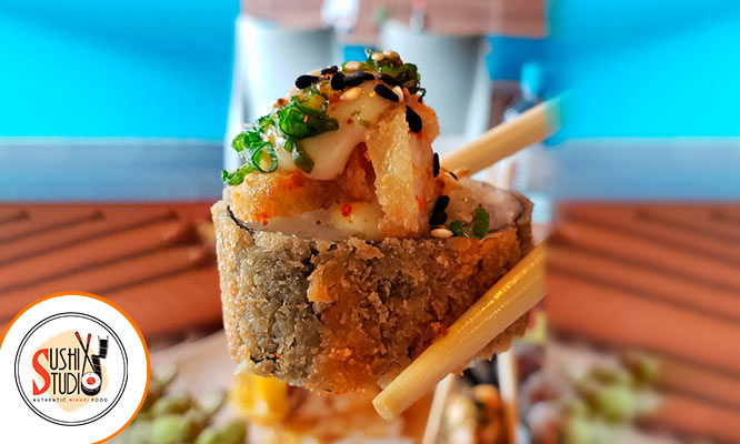 20 suculentos cortes de makis Yakimeshi de pollo nikkei bebida cortesia y mas