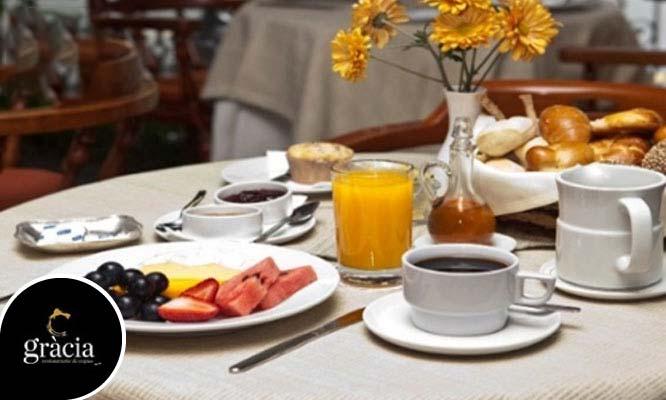 Desayuno buffet con quesos embutidos dulces y mucho mas