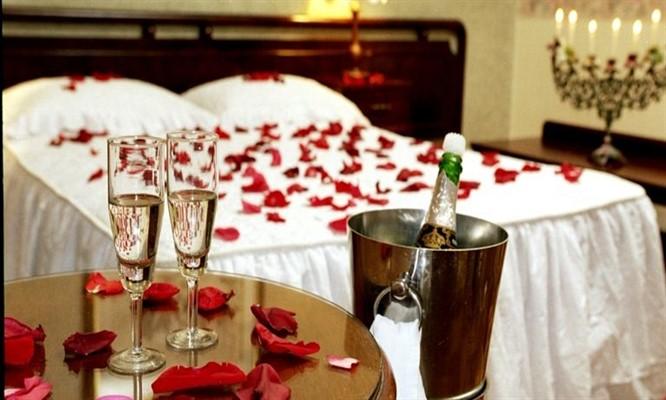 Suite con Jacuzzi decoracion en la habitacion 2 copas de vino y mas
