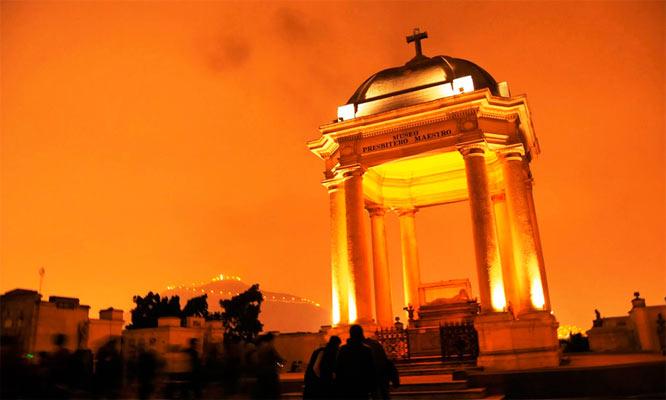 Tour Nocturno tematico al Cementerio Presbitero Matias Maestro con Friends tour Peru