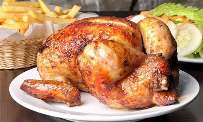 Pollo a la brasa papas fritas ensalada y gaseosa