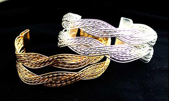 8648b20605164 Juego de 2 pulseras en color plateado y dorado.