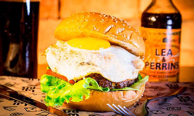 2 hamburguesas buenisimas 02 piqueos 02 bebidas solo en Wira RestoBeer